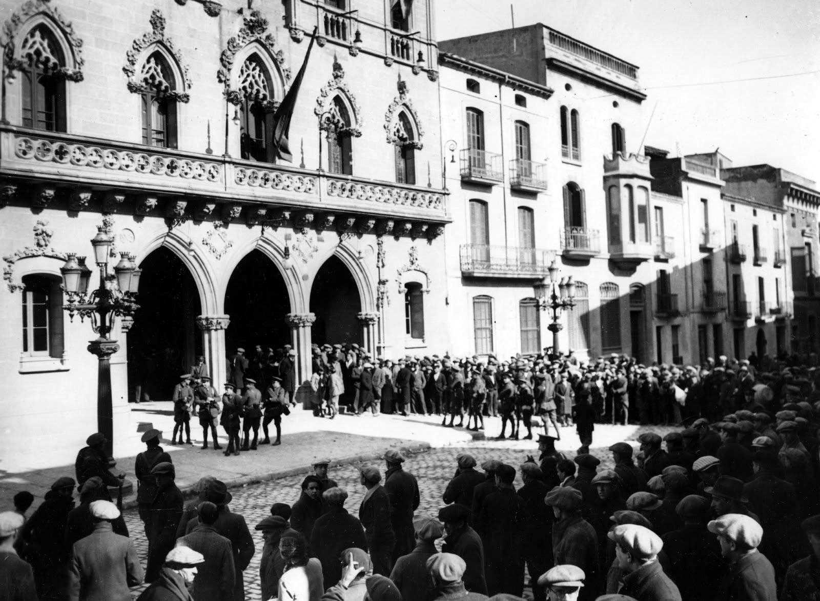 La Guàrdia Civil fora de l'Ajuntament de Terrassa després de la rendició dels revolucionaris