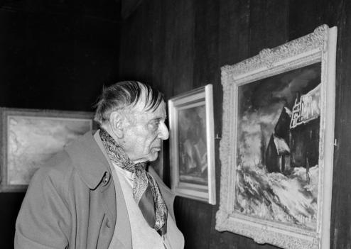 Maurice de Vlaminck observant una obra seva en l'exposició retrospectiva de la Galeria Charpentier (París, 23 de març de 1956)