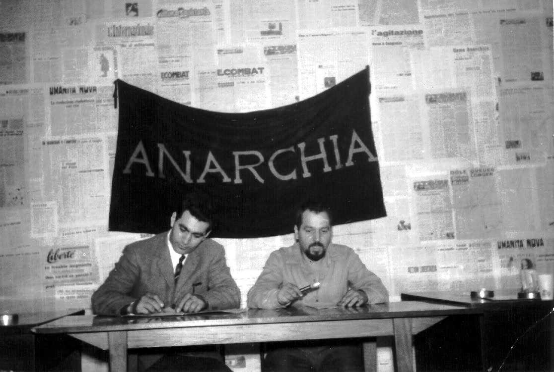 Cesare Vurchio, a l'esquerra, amb Giuseppe Pinelli durant una conferència al Cercle Anarquista «Ponte della Ghisolfa» (1968)