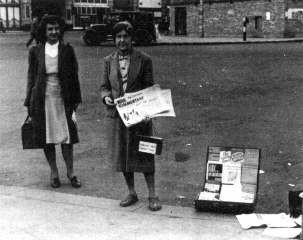 Lilian Wolfe, amb Marie-Louise Berneri a la seva dreta, venen premsa anarquista pels carrers (Londres, 1945)