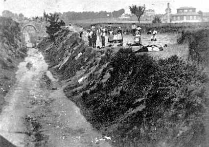 Cadàvers al terra després de l'afusellada de Le Brûlé (16 de jun de 1869)