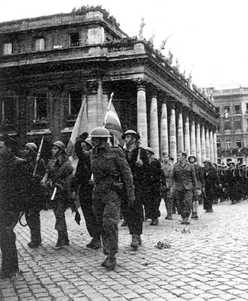 Els batallons Llibertat i Guernica desfilant davant el Gran Teatre de Bordeus, després dels combats de la Pointe de Grave