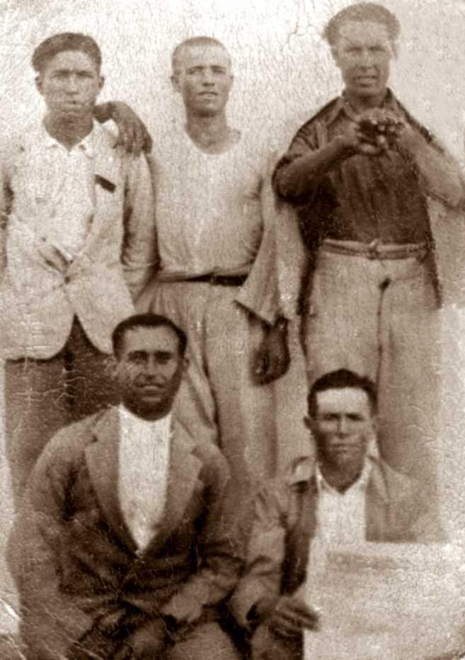 """Membres de les Joventuts Llibertàries. Dempeus, d'esquerra a dreta: Antonio Álvarez Eslava (""""Patirri""""), Juan Toledano Hidalgo i Antonio Castillo Frías. Ajupits, d'esquerra a dreta: Juan Montilla Jiménez i Francisco Molero Luna, amb la """"Soli"""" a les mans. Aquest dos últims moriren al front"""