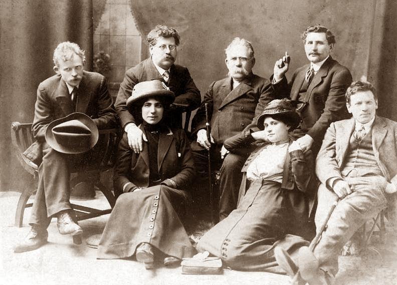 Grup d'anarquistes jueus a Londres (1912). D'esquerra a dreta: Ernst Simmerling, Rudolf Rocker, Wuppler, Lazar Sabelinsky, Loefler; assegudes: Milly Witkop-Rocker i Milly Sabel