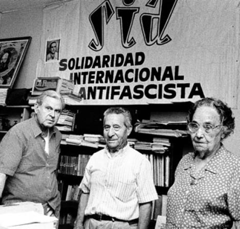 D'esquerra a dreta: Alonso Ruiz, Eusebio Arisó Llesta i Dolors Prat Coll a la seu del local de la CNT de Tolosa