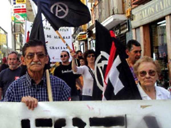 José Barroso i sa companya Celestina Preciados Cortés en una manifestació del Primer de Maig