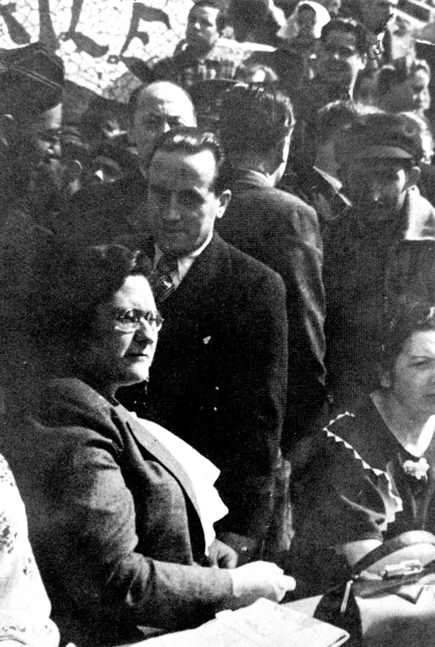 Mateu Baruta Vilà, amb corbata, al costat de Frederica Montseny en un míting al parc Güell de Barcelona durant la tardor de 1936