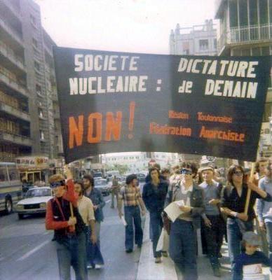 Théo Besson (en segon pla amb gorra) en una manifestació de 1977
