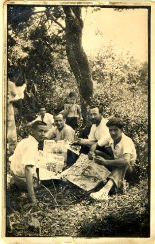 Martí Vicens Vilanova 'Bonjesús' (amb la seva característica barba), i un grup de joves llegint el periòdic anarquista 'Tierra y Libertad' durant la República