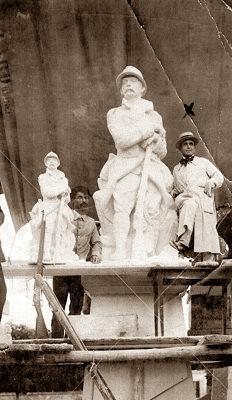 L'escultor Lamberto Borgioli (amb una creu)