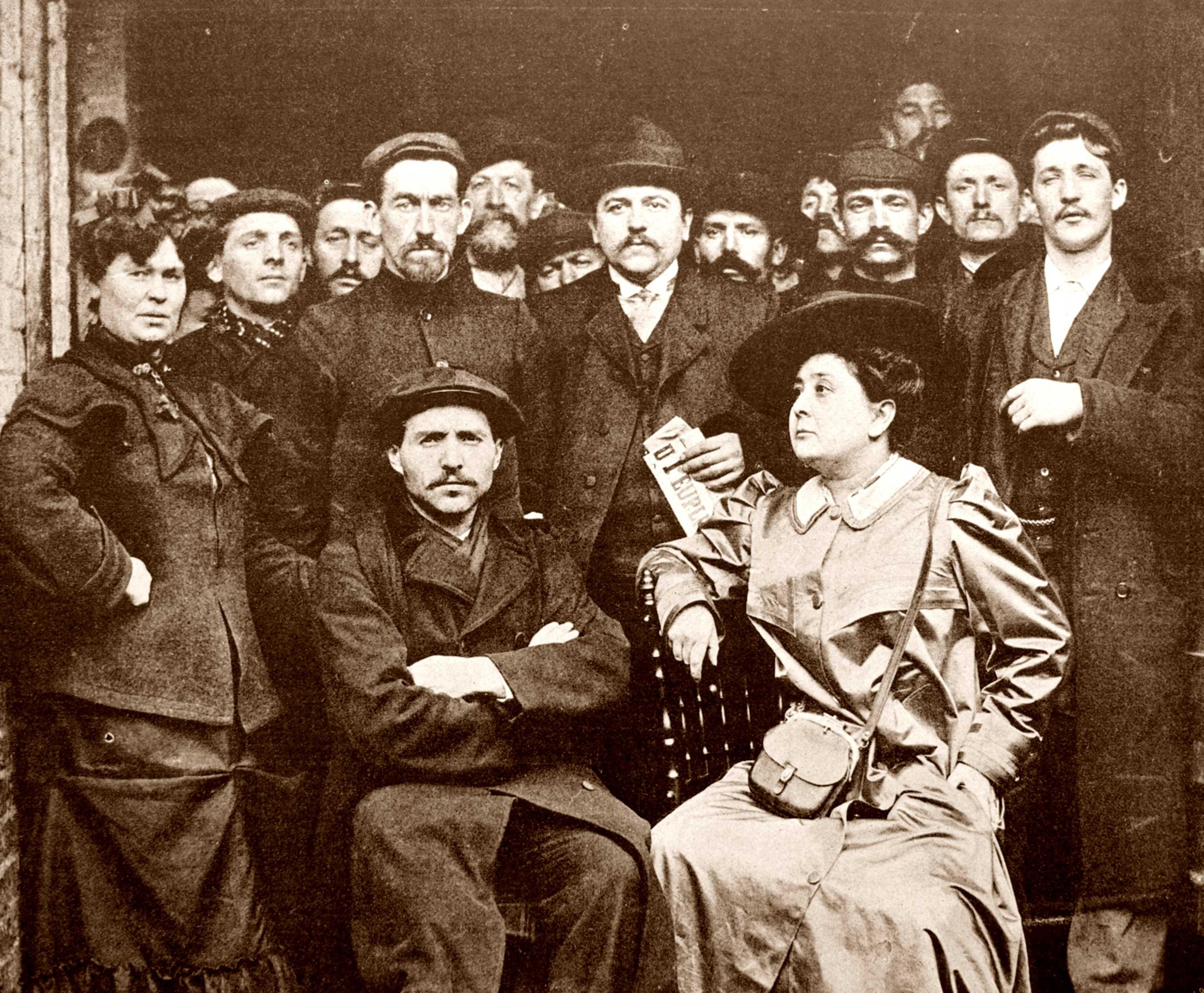 Benoît Broutchoux, assegut al centre, amb altres membres del comitè de vaga (Courrières, 1906). Fotografia Baron