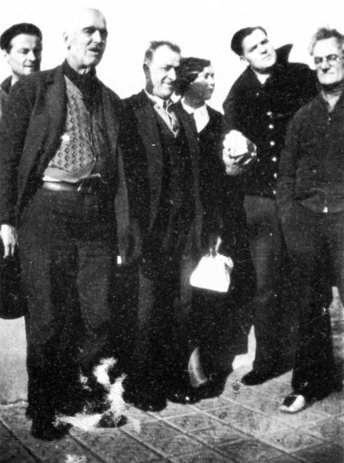 Alpinolo Bucciarelli (segon per la dreta), al costat de sa companya Lucia Minon, amb altres companys, entre ells Umberto Tommasini (primer per l'esquerra), a Barcelona durant la guerra civil