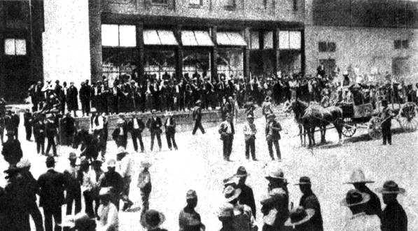 """""""Tienda de raya"""" custodiada per soldats nord-americans durant la vaga de Cananea. Fotografia d'Agustín Víctor Casasola"""