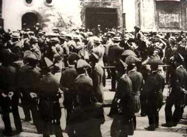 Carrabiners reprimint una manifestació