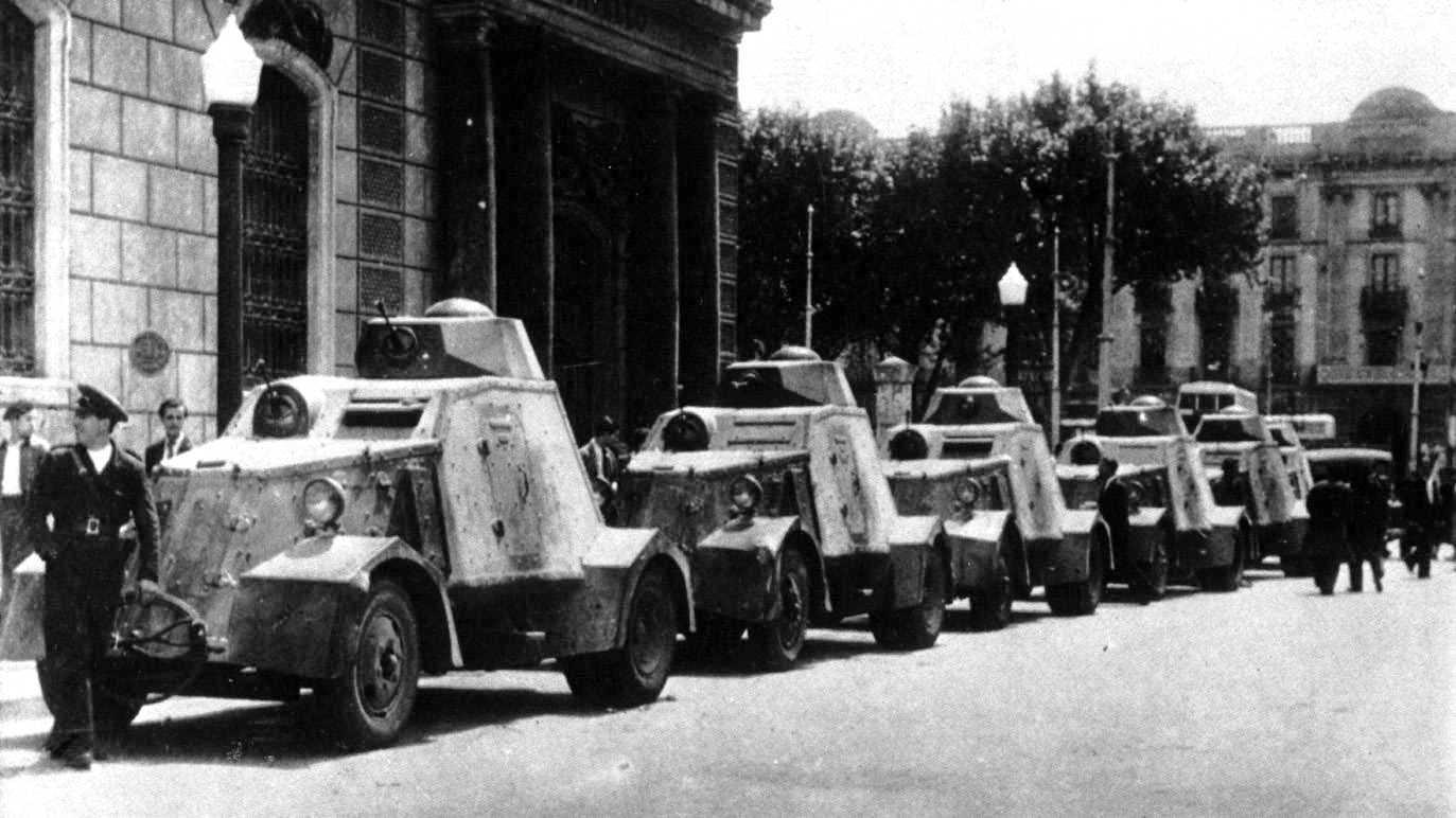 Carros de combat UNL-35 dels guàrdies d'assalt patrullant els carrers barcelonins