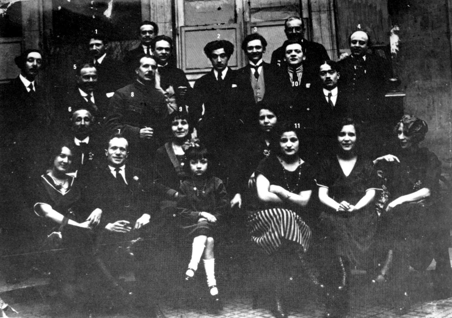 Àgape familiar de «La Muse Rouge» a la Maison de la Coopération de Paris (27 d'abril de 1920): 1. Colladant, 2. Noël-Noël, 3. Pierre Simon-Mérop, 4. Tiziny, 5. Jolivet, 6. G.-M. Gouté, 7. Clovys, 8. Masselier, 9. Germaine Cailor, 10. Fernand Jack, 11. Mand Geor