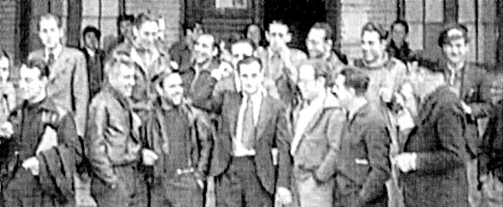 El Consell d'Aragó. Al centre, amb el puny en alt, el seu president Joaquín Ascaso. A la seva esquerra, Francisco Ponzán