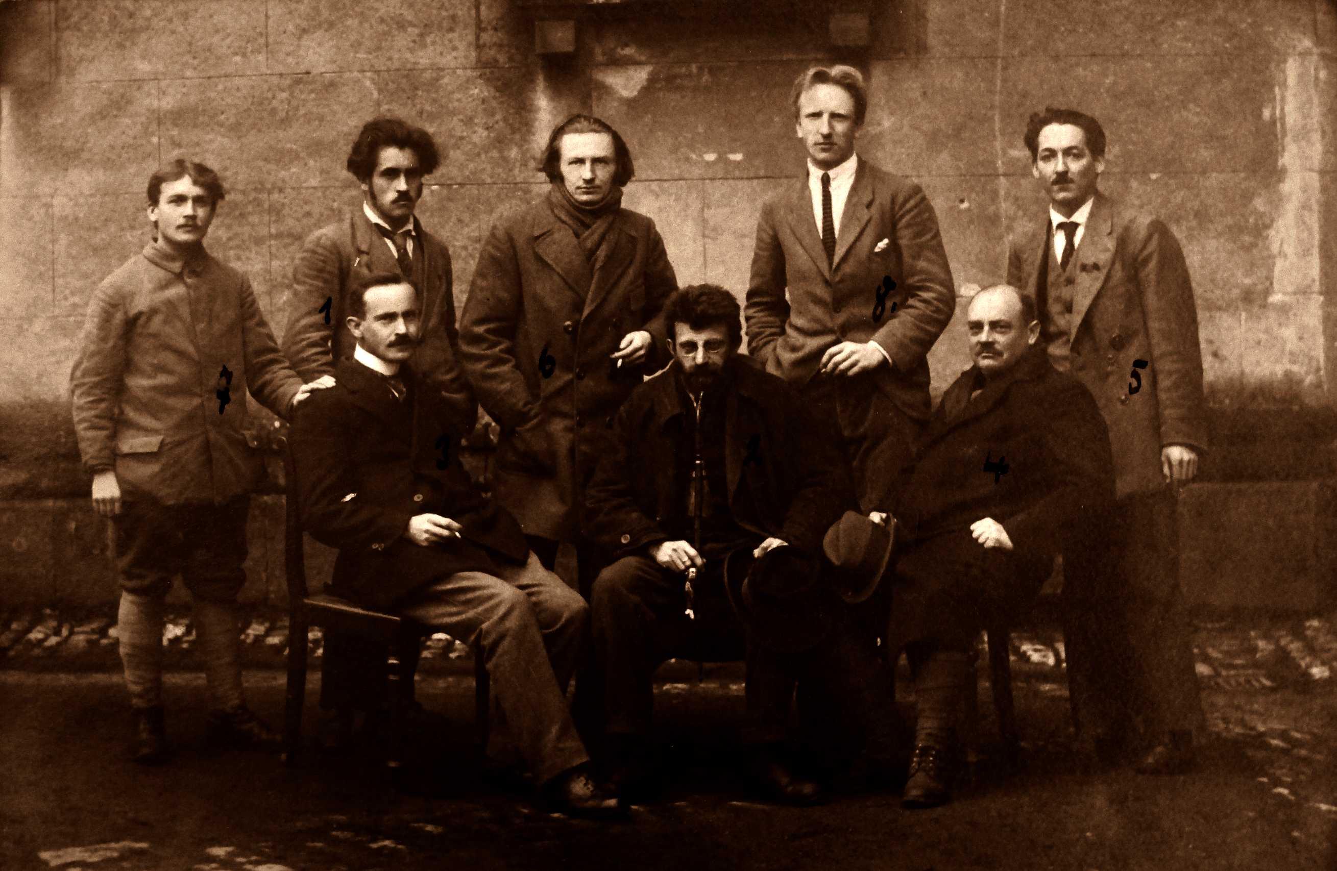 Membres del Consell Executiu de la República dels Consells a la presó d'Ansbach fotografiats per Eugen Barberich l'abril de 1919: 1) Toni Waibel (condemnat a 15 anys), 2) Erich Mühsam (15 anys), 3) August Hagemeister (10 anys), 4) Willy Olaschefski (7 anys), 5) Josef Rever (4 anys), 6 Rudof R. Hartig (2 anys), 7) M. Reishert (12 anys) i 8) Saúl Gerassel (14? anys); Saúl Forester (3 anys) i Hans Klein (6 anys) no figuren a la foto