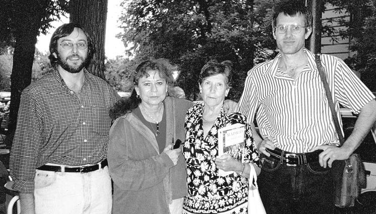 Consuelo Zabala, tercera per l'esquerra, juntament amb Lily Litvak i dos companys de la Fundació Anselmo Lorenzo
