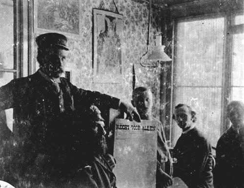 """Cornelissen (segon per la dreta) i altres companys a la redacció de """"Recht voor Allen"""""""