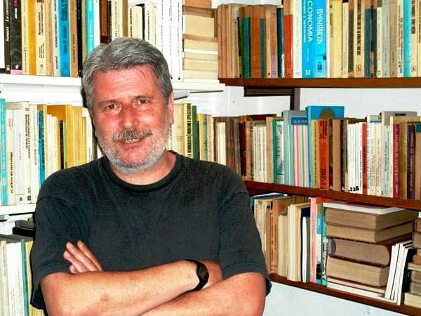Daniel Barret a la seva biblioteca personal (2008)