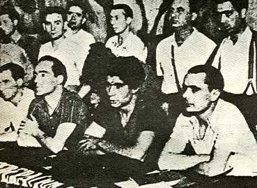 David Antona (primer a la dreta dels asseguts). A la seva dreta Mariano Rodríguez Vázquer i, a la dreta d'aquest, Joan García Oliver