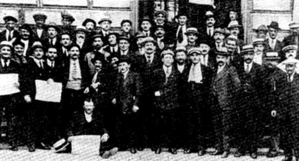 Minoria del grup de sindicalistes revolucionaris durant el congrés constitutiu de la CGTU a la Borsa del Treball de Sant-Etiève (1922). Justin Olive, amb un periòdic, és el primer per l'esquerra de la primera fila
