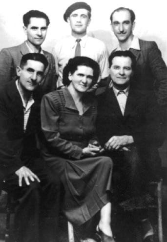 D'esquerra a dreta: drets, Libero Vigna, un militant espanyol desconegut i Luciano Della Schiava; asseguts, Primo Vigna, Anna Reiner i Umberto Tommasini