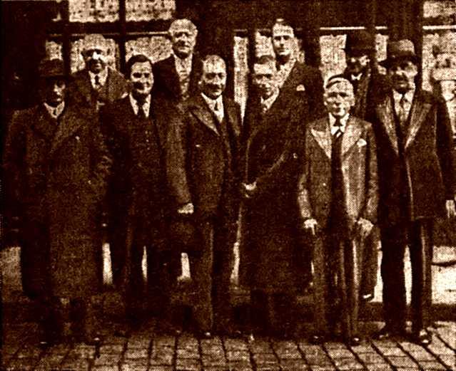 Benoît Delorme, primer per l'esquerra de la primera fila, amb altres membres del grup socialista del Consell General del Pas-de-Calais (octubre de 1937)