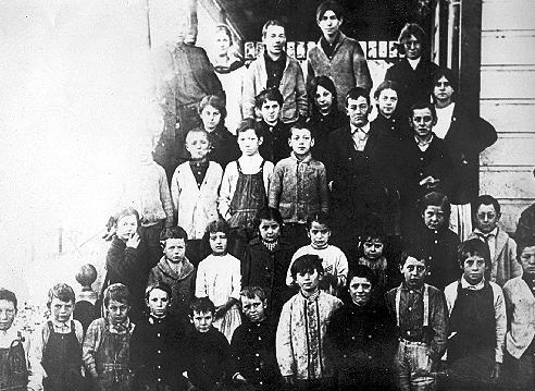 Una classe de l'escola de la comuna icariana de Nauvoo (Illinois, 1913)