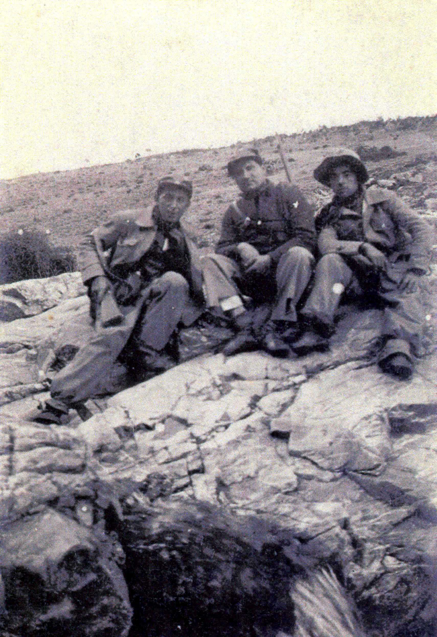 Pedro Fernández Eleta (al mig) amb dos companys al front d'Aragó en 1936