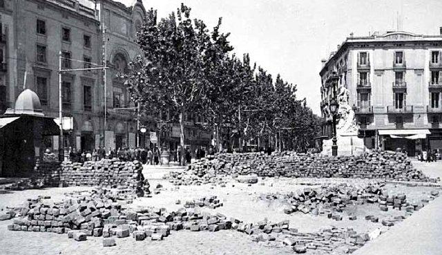 Pilotes de adoquines en una barricada al final de la Rambla de Barcelona, en mayo de 1937