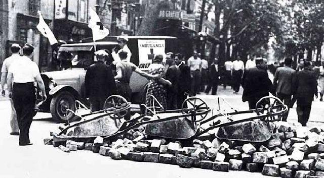 Una ambulancia y barricadas en la Rambla