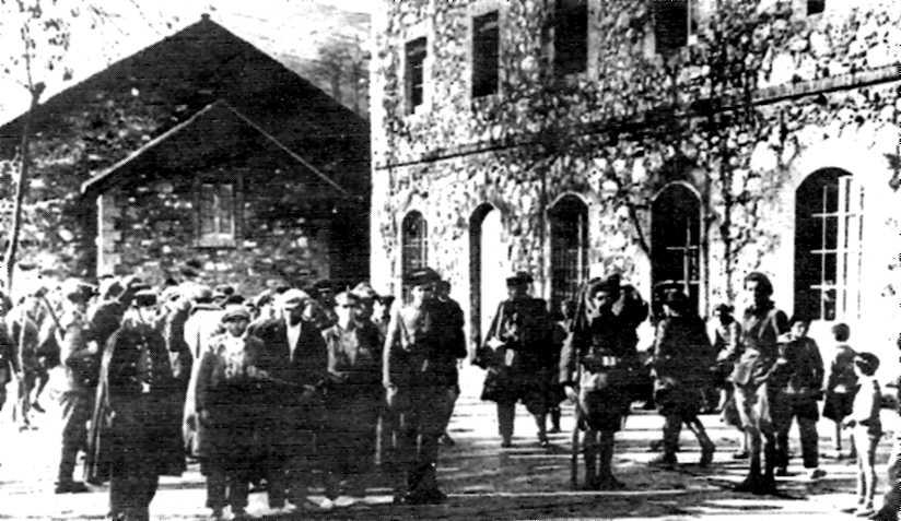 """Corda de presos a la plaça de Sant Corneli durant els """"Fets de Fígols"""" (1932)"""