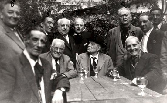 Giovanni Forbicini (al centre assegut amb capell) amb altres companys anarquistes (Armando Borghi està marcat amb el número 2) reunits per festejar el seu vuitantè aniversari (Roma, 1954)