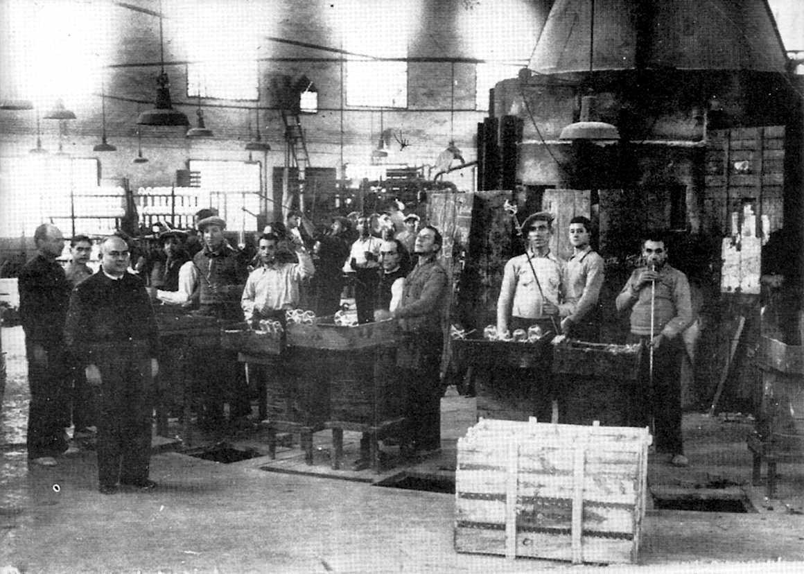 Colla d'obrers al Forn del Vidre de Mataró als anys trenta. Joan Peiró, en primer pla a l'esquerra, n'era el director