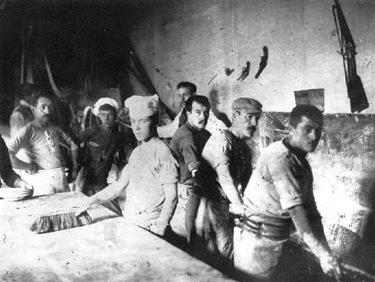 """Militants de la """"Sociedad Cosmopolita de Resistencia y Colocación de Obreros Panaderos"""" treballant, però sempre amb les armes a mà"""
