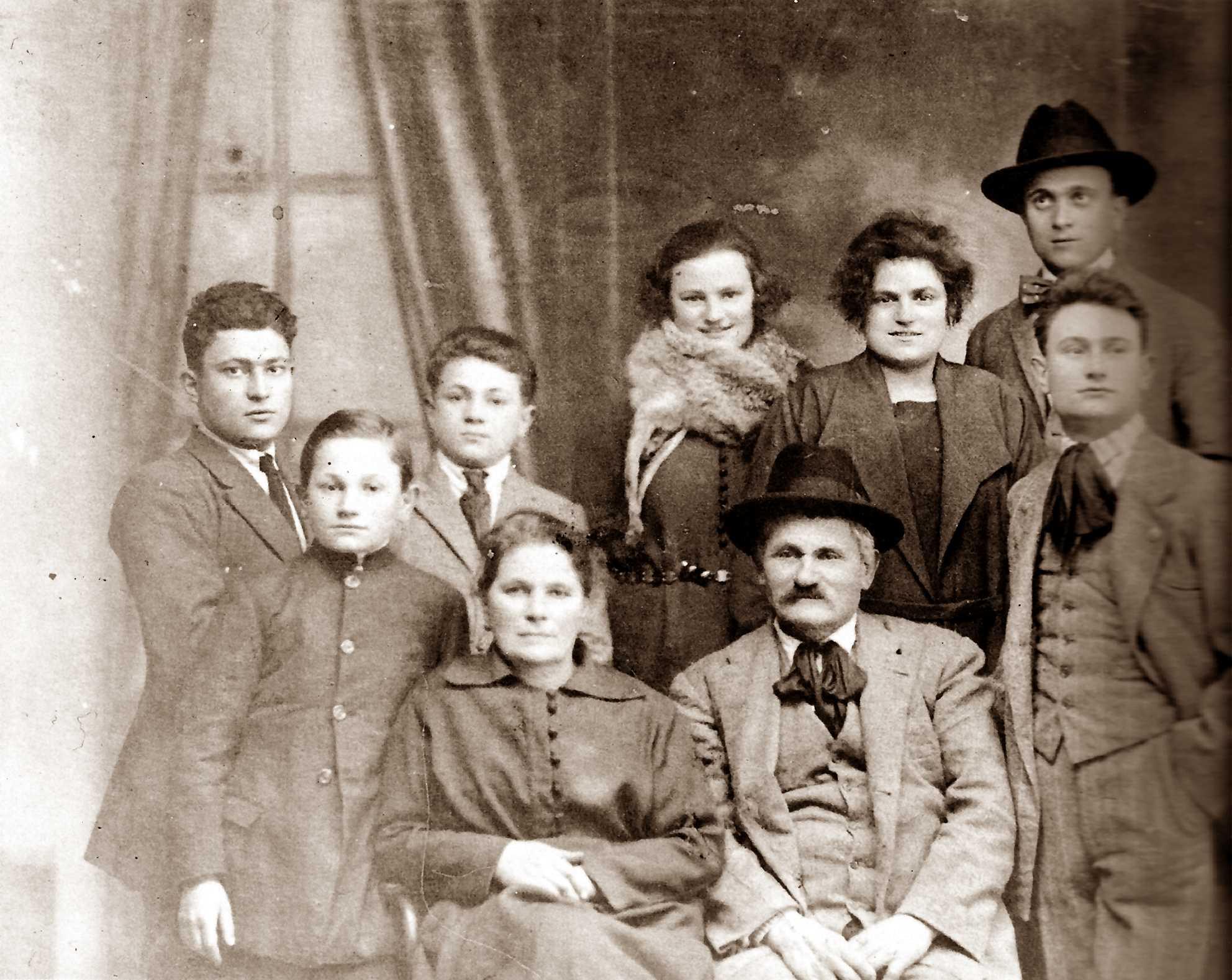 Família Girolimetti (1922). Asseguts la parella Ercole Girolimetti i Anna Fronzi. Drets, d'esquerra a dreta: Mario, Ferruccio, Carlo, Felicita, Maria, Renato i Natale