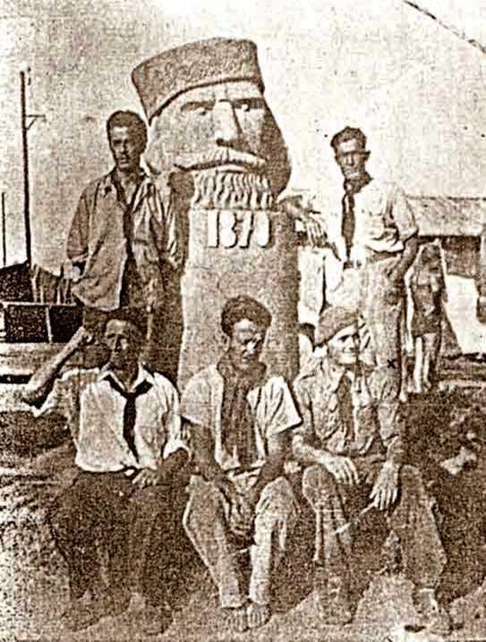 """Luigi Grimaldi (dret a la dreta amb camisa blanca), i altres companys que havien lluitat a la guerra d'Espanya, al camp de concentració de Gurs. L'estàtua en fang, obra de l'escultor anarquista Dante Pesco (""""Giandante X""""), es realitzà en record de la participació de Giuseppe Garibaldi en la batalla de Digione de 1870"""