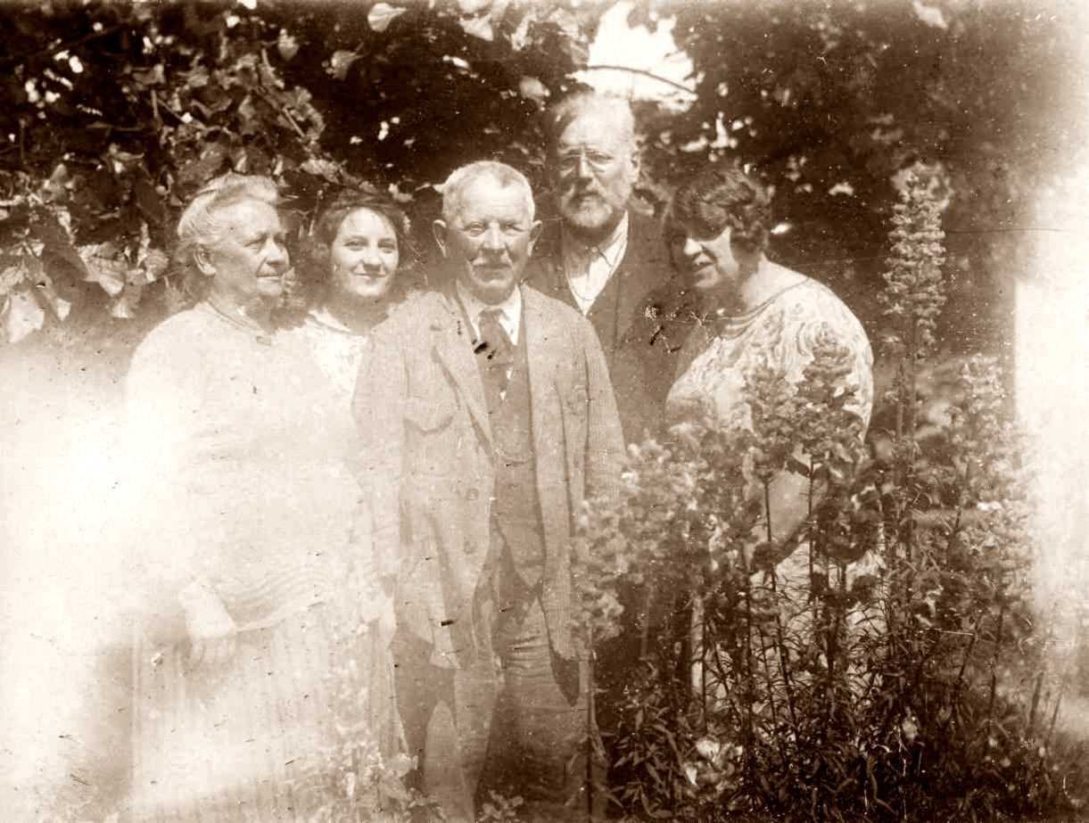 D'esquerra a dreta: Louise Guérineau, Zinia Guérineau, Lucien Guérineau, Max Nettlau i Anne Guérineau (1930) [IISH]