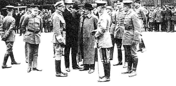 Gustav Noske, amb capell bolet, dirigint la repressió