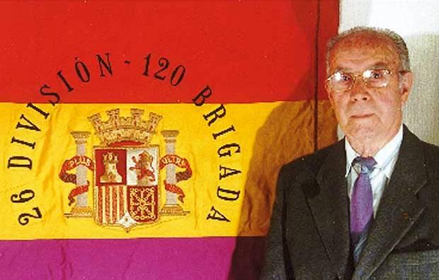 Joan Sans Sicart, con la bandera original de la 26 División (excolumna Durruti) de la 120 Brigada Mixta que conservó