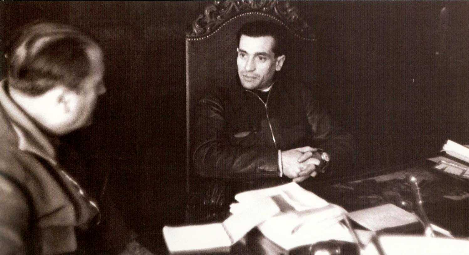 Joaquín Ascaso Budría despatxant al seu gabinet del Consell d'Aragó