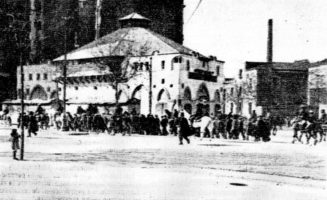Corda de presos travessant Barcelona cap al Castell de Montjuïc durant la vaga de La Canadenca