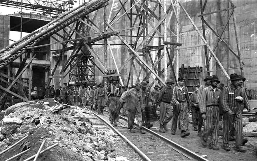 Presoners de guerra treballant a la base submarina alemanya de La Pallice