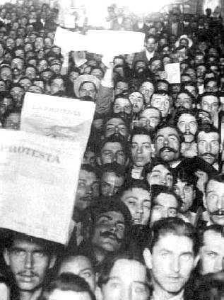 """Militantes de la FORA con ejemplares de """"La Protesta"""""""