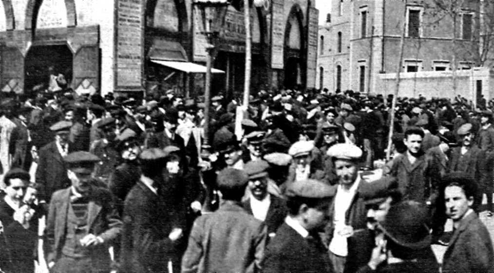 Exterior de la plaça de braus Les Arenes (19 de març de 1919)