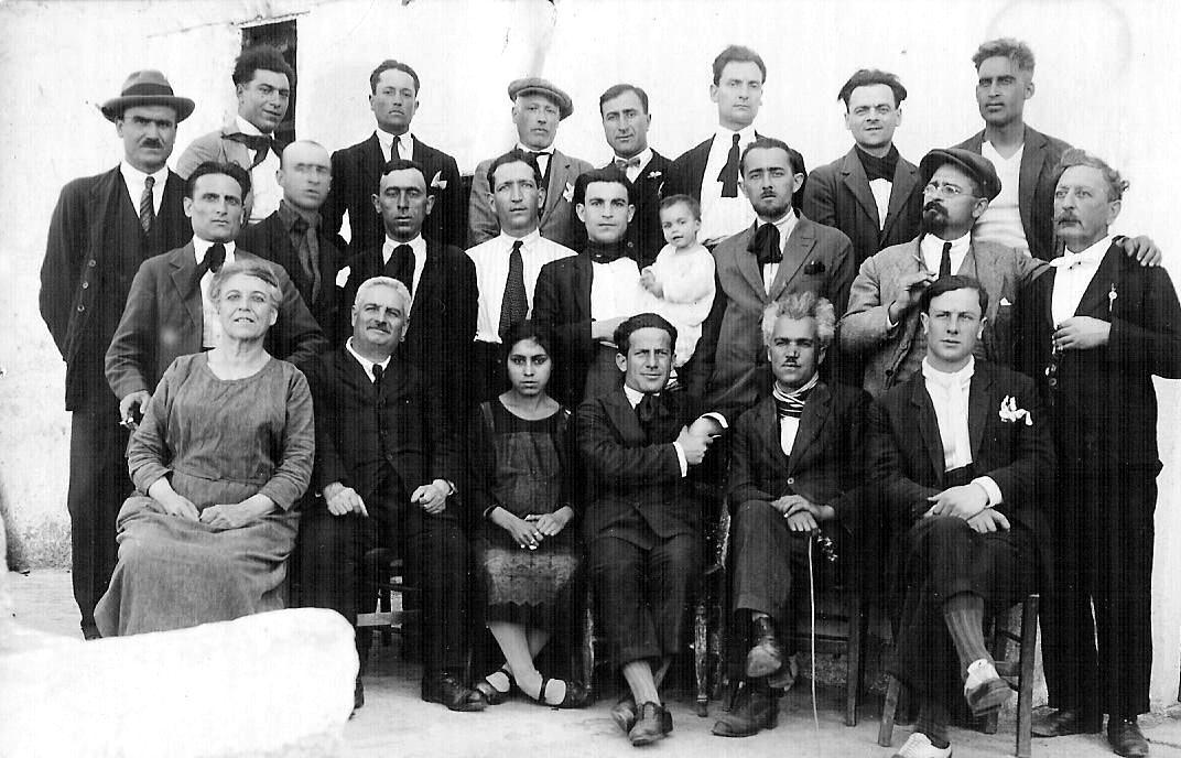 Pascuale Binazzi (segundo por la izquierda sentado) con un grupo de confinados en la isla de Lipari (1927)