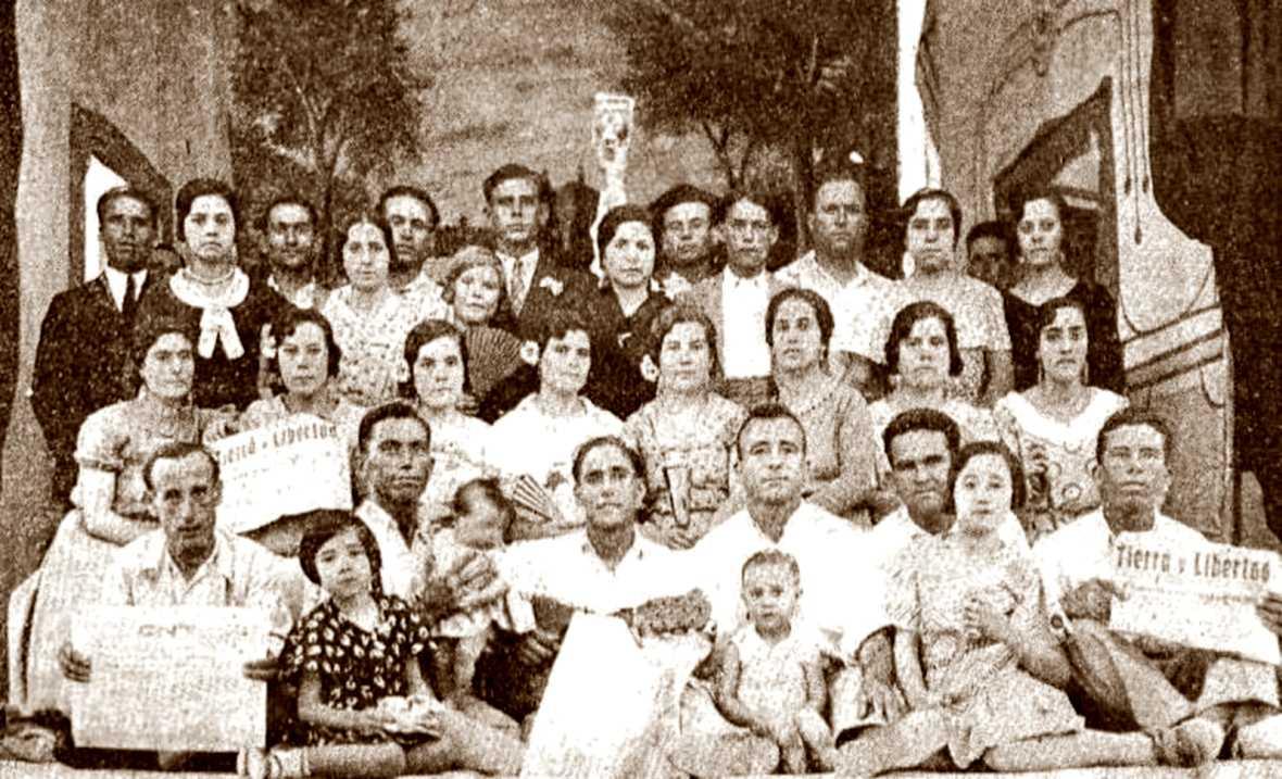 José Dios Criado (primer per l'esquerra amb corbata) i altres membres de l'Ateneu Cultural Llibertari «Lira Rebelde» (Castro del Río, 1 de maig de 1933)