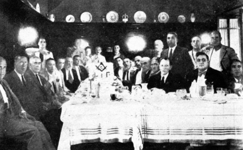 Reunió de la lògia Pitàgores. Antoni Coll Sastre és el primer per la dreta, a la segona fila